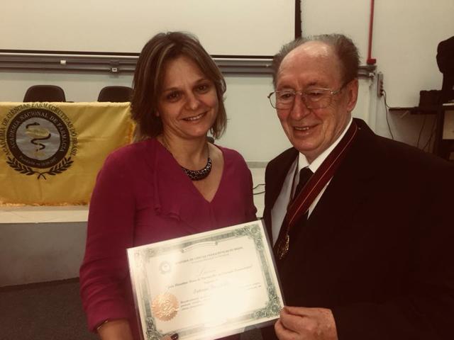 Pesquisadora é homenageada pela Academia de Ciências Farmacêuticas do Brasil