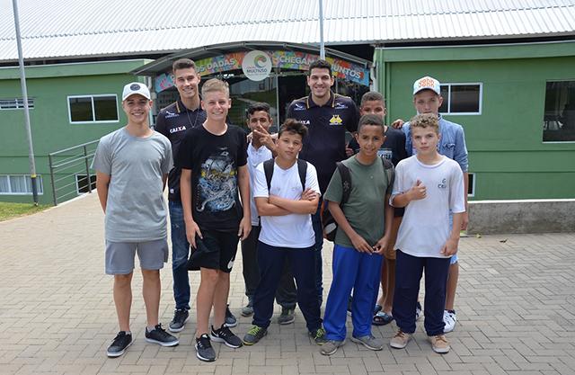 Jogadores do Criciúma visitam Bairro da Juventude
