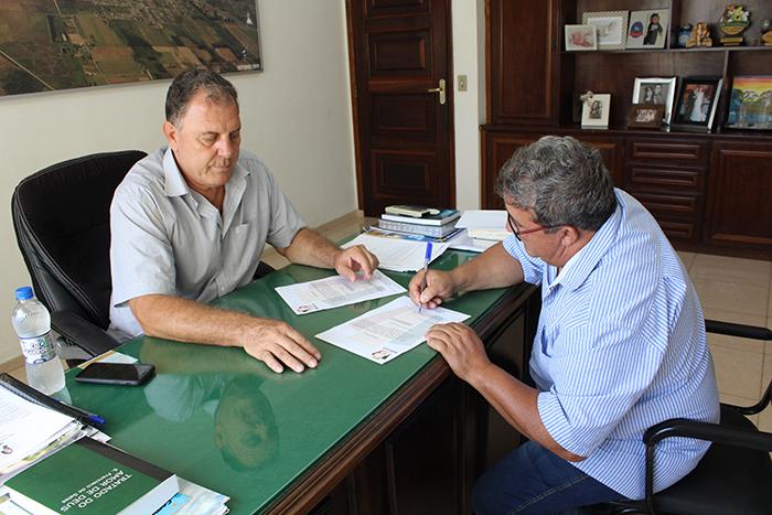 Ademir de Oliveira entrega ordem de serviço para construção de Pista de skate