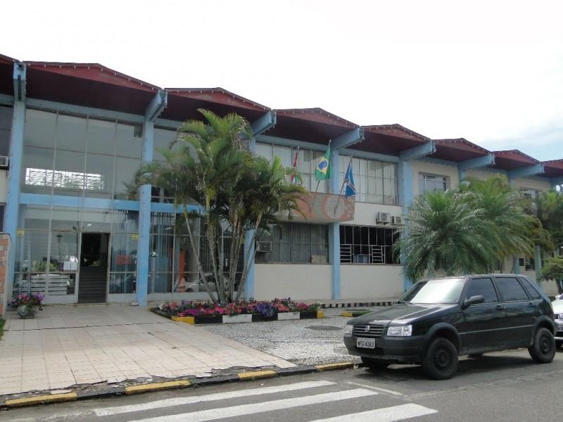Durante julgamento no TCE, município nomeia advogado concursado