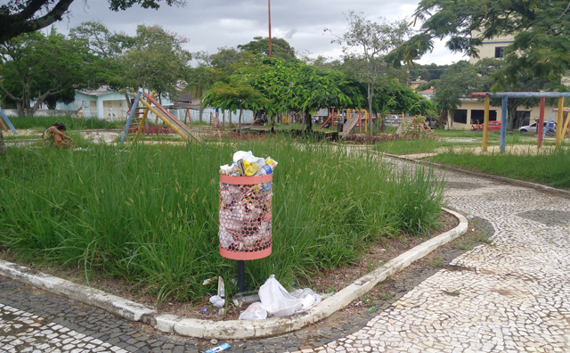 A praça Maria Adélia em Içara está abandonada há anos
