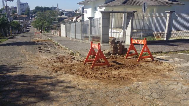 Vazamento de água no Centro deixa rua danificada