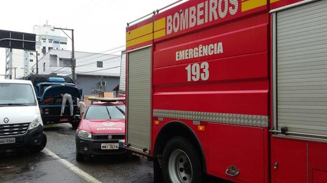 Pane em caminhão bloqueia rua no Centro em Içara
