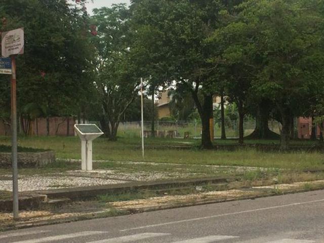 Mato e sujeira tomaram conta da praça da prefeitura de Içara
