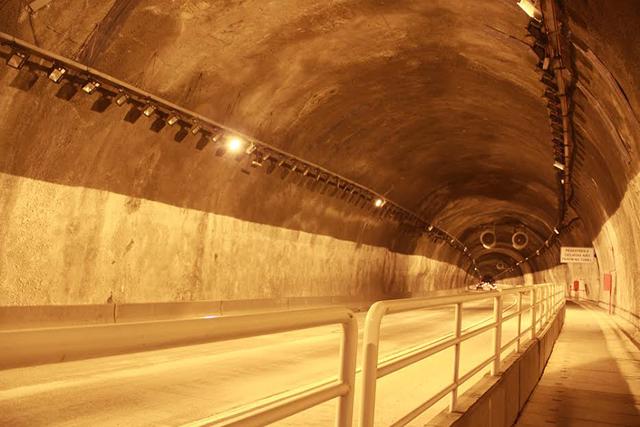 No túnel, luminárias interagem com claridade do exterior