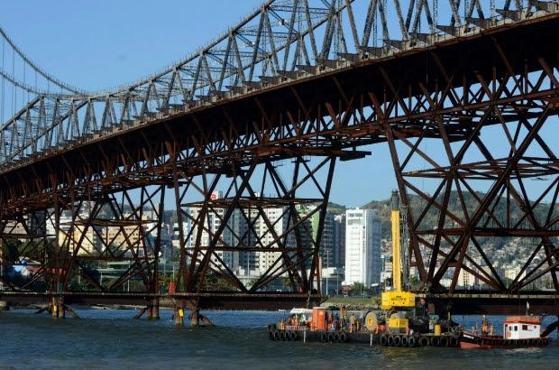 Nova fase da reforma da Ponte Hercílio Luz começa com a instalação de gruas