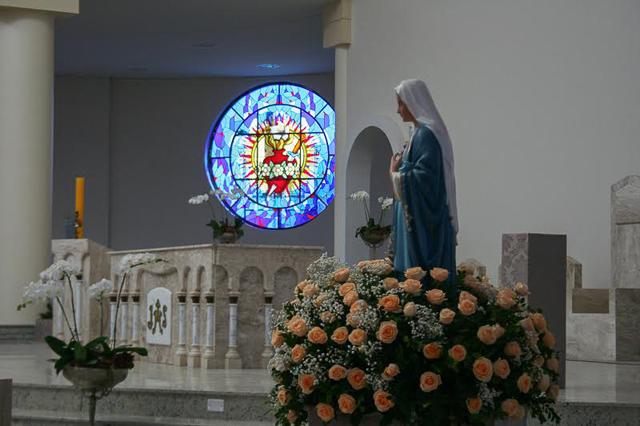 Colocação de vitrais e últimos retoques nos jardins do Santuário
