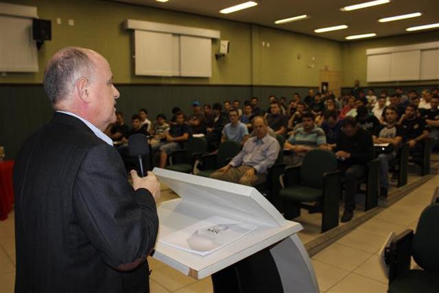 Presidente da Eletrosul visita Satc e palestra para alunos