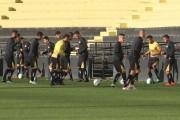 Jogadores participam de treino tático no Heriberto Hülse
