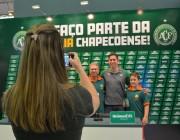 Jackson Follmann recebe fãs no estande da Chapecoense