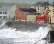 Furacão provoca caos nos transportes e risco de inundações na Escócia