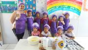 Crianças do CEI Afasc San Diego preparam cupe cakes