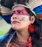 Líder indígena visita exposição Almas do Brasil no Shopping Della