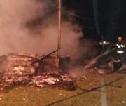 Duas casas de veraneio são destruídas em incêndios