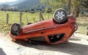 Motorista perde o controle da direção e capota veículo