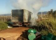 Bombeiros combatem incêndio em caminhão em Pescaria Brava