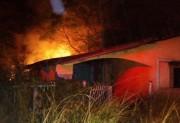 Casa abandonada é destruída por incêndio em Sombrio