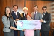 Unicred Sul Catarinense entrega cheque de R$ 5,9 mil para a RFCC