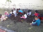 Crianças do CEI Afasc Professor Jairo Luiz Thomazi brincam de pés descalço