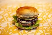 Chef se inspira no marreco com repolho roxo e cria hambúrguer de pato com chutney de maçã verde e kraeuterkaese para Oktoberfest