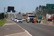 Trecho com asfalto novo, na BR-101 Sul, recebe faixas de eixo e bordos
