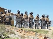Moradores protestam contra retirada de muro