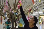 Árvore de Páscoa é decorada por adultos e crianças