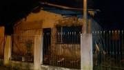 Casa pega fogo e tem móveis e teto destruídos pelas chamas em Tubarão