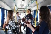 Pais recebem homenagem dentro de ônibus da Içarense