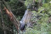 Carro cai em barranco de 30 metros em Cocal do Sul
