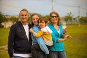 Pais e filhos brincam juntos em Festival de Pipas