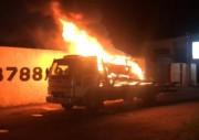 Automóvel apreendido pela PM pega fogo ao ser transportado