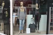 Estudantes de produção de moda repaginam vitrines do Criciúma Shopping