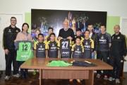 Atletas de Cocal recebem uniformes do projeto Anjos do Futsal