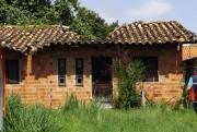 Defesa Civil faz auxilio de moradoras com casa danificada