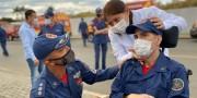 Bombeiros prestam homenagem a soldado em recuperação de acidente