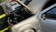 Veículo é parcialmente atingido por incêndio