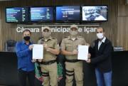 Vereadores entregam moções a policiais militares em Içara