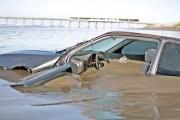Veículo é abandonado após atolar na beira mar