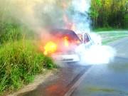 Veículo é destruído em incêndio no Anel Viário