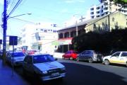 Cabos e fios soltos na rua oferecem riscos aos pedestres