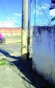 Fios de telefone oferecem riscos aos pedestres