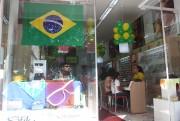 Ótica Diniz enfeitou a vitrine com as cores do Brasil
