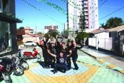 Irmãos pintam rua e colocam Içara no clima da Copa
