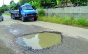 Buraco no Bairro Vila Nova prejudica trânsito na rua