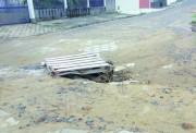 Estrado sinaliza rua emburacada no Bairro Presidente Vargas