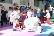 Capoeira melhora coordenação e disciplina das crianças