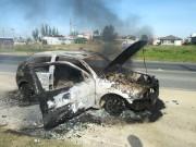 Veículo pega fogo em Balneário Rincão para desespero do proprietário