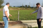 Coopera realiza doação de estrutura para o campo de futebol