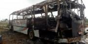 Incêndio atinge carcaça de ônibus durante corte das ferragens em Icara
